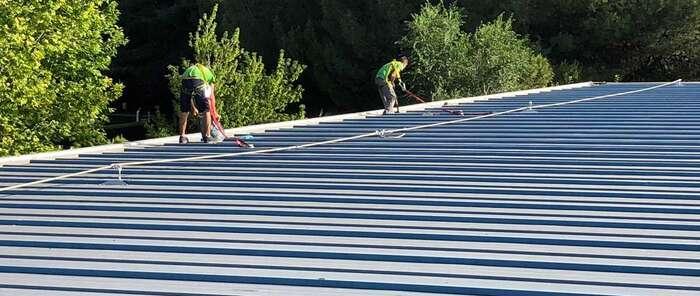 El Ayuntamiento de Herencia lleva a cabo la impermeabilización de la cubierta del Pabellón Municipal