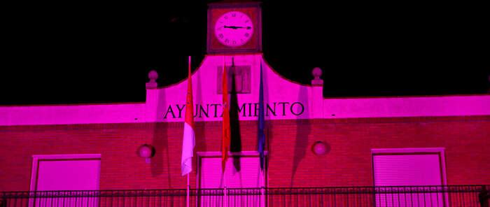 La fachada del Ayuntamiento de Azuqueca se iluminará este viernes de color rosa con motivo del 'Día contra el cáncer de mama'