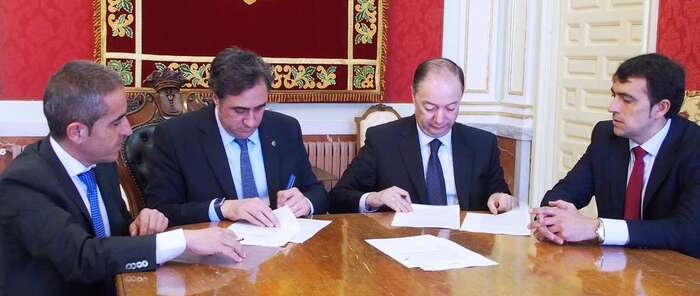 El alcalde firma una operación de confirming de 2,8 millones de euros para el pago a proveedores del Ayuntamiento