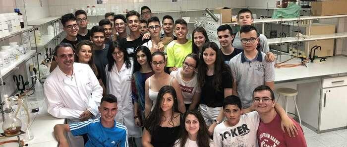 Alumnos del Colegio Santísima Trinidad visitan el laboratorio de la UNED  y participan en varios experimentos químicos