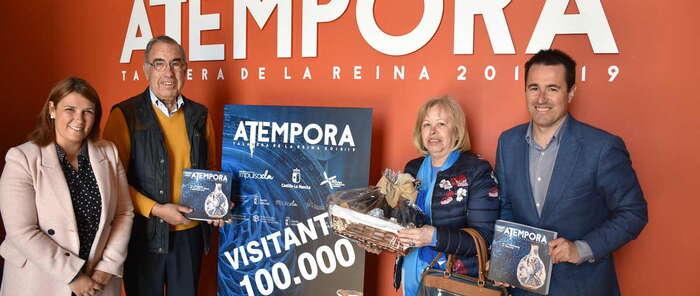 La exposición 'aTempora. 6.000 años de cerámica en Castilla-La Mancha' recibe en la mañana de este jueves a su visitante número 100.000