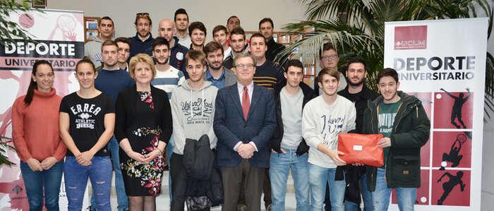 Los deportistas ganadores del XXVI Trofeo Rector en el Campus de Ciudad Real recogen sus diplomas