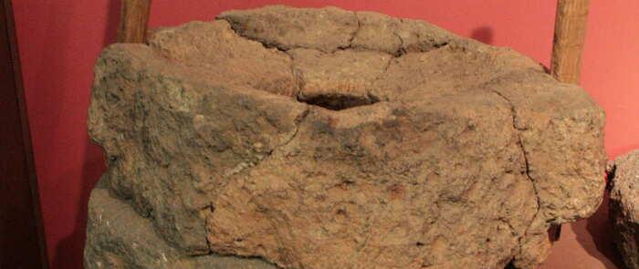 Unos vestigios arqueológicos de molino rotatorio, pieza del mes de 'Vive tu museo' en Valdepeñas