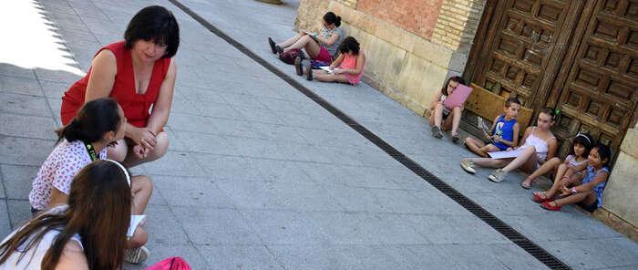 Los usuarios de la Biblioteca de Santiago  pintan la Plaza de las Terreras de Ciudad Real