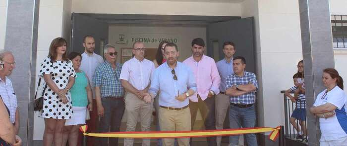La piscina de verano de Torrijos estrena nuevos vestuarios, quiosco, merendero y césped