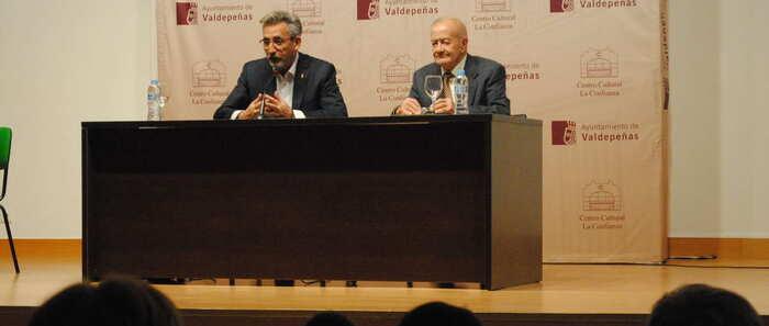 El alcalde de Valdepeñas asistió a la presentación del último libro de Cárlos Sánchez Alcaide