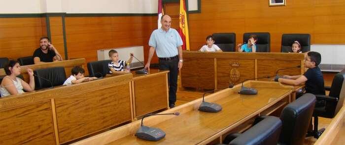 El Alcalde responde a las curiosidades de los más pequeños de Villarrobledo, durante una visita al Ayuntamiento