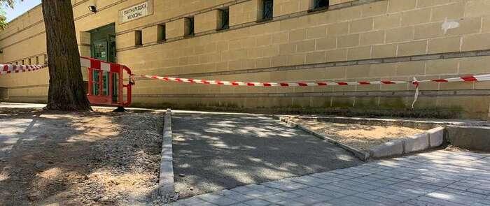 El Ayuntamiento de Azucaica construye dos nuevas rampas en la entrada de la piscina municipal para mejorar el acceso