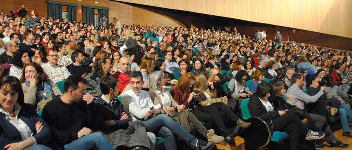 El profesor César Bona llena con su conferencia el aforo del Teatro Auditorio de Valdepeñas