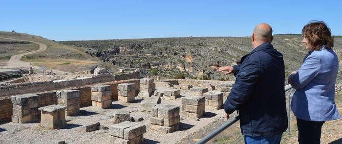 La consejera de Economía, Patricia Franco, ha conocido los trabajos realizados por la escuela taller de Valeria en el yacimiento arqueológico de la localidad