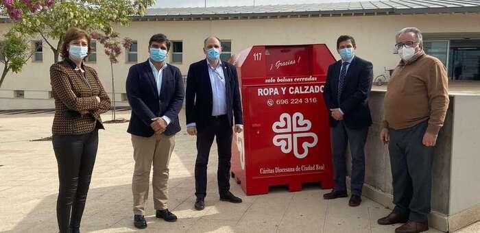 Cáritas instala cuatro contenedores de ropa y calzado usados en Bolaños gracias al convenio con el Consistorio