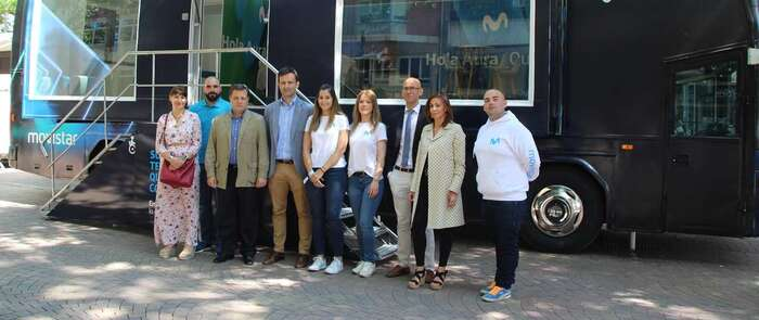 El alcalde de Albacete se interesa por la nueva aplicación de inmersión turística 5G de Telefónica que permite generar una experiencia turística diferente