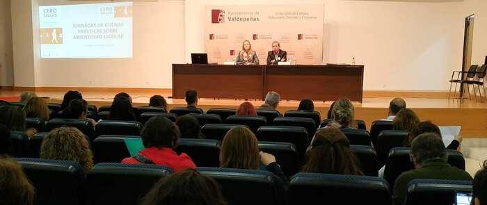 Unos 150 profesionales de la educación acuden  en Valdepeñas a 'Cero sillas vacías', jornada contra el absentismo escolar