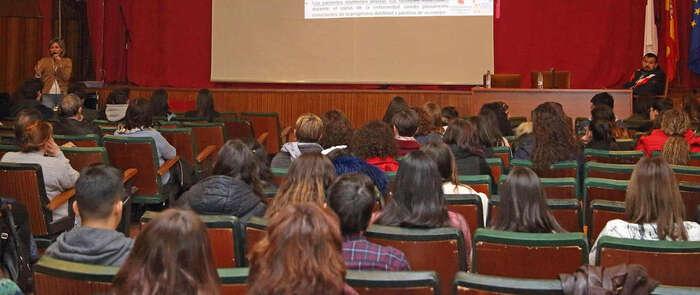 Alumnado y docentes del IES 'El Greco' de Toledo conocen los estudios sobre la ELA que desarrolla una investigadora de la región