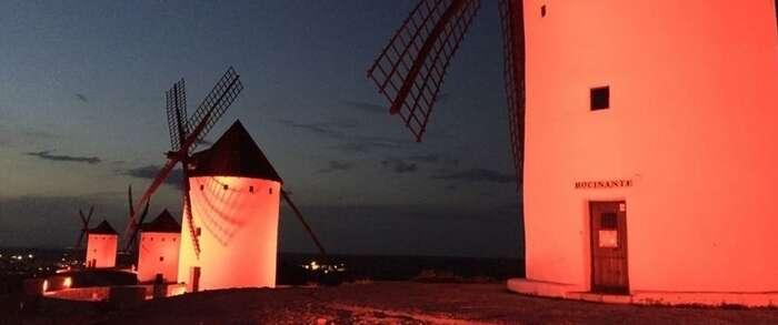 Los molinos y la fachada del Ayuntamiento de Alcázar se iluminarán de rojo con motivo del la celebración del Día Mundial del Donante de Sangre