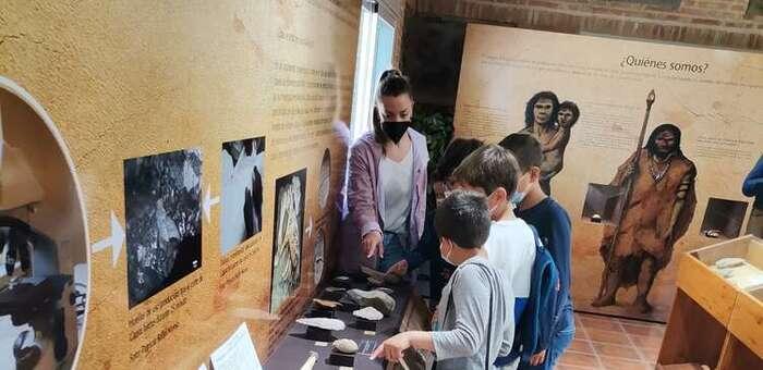 Unos 200 niños de Porzuna visitan los museos locales y realizan talleres para profundizar en la prehistoria
