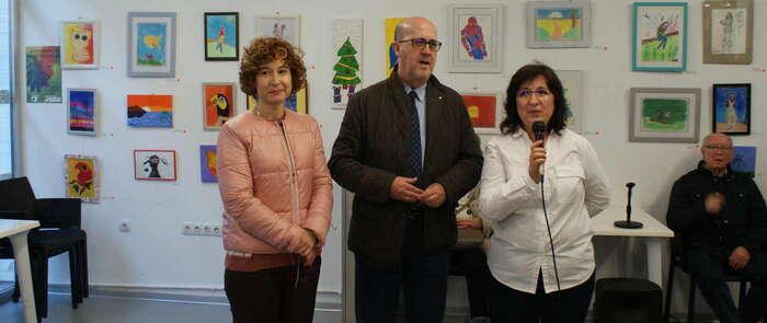 La concejala María Ángeles Martínez inaugura en el Centro Joven una exposición de dibujo y pintura a beneficio de Cruz Roja, con cuadros realizados por usuarios de proyectos e instalaciones municipales de Albacete