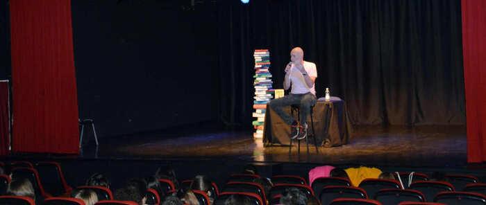 Cerca de 200 estudiantes de Azuqueca de Henares mantienen un encuentro con el escritor Alejandro Palomas