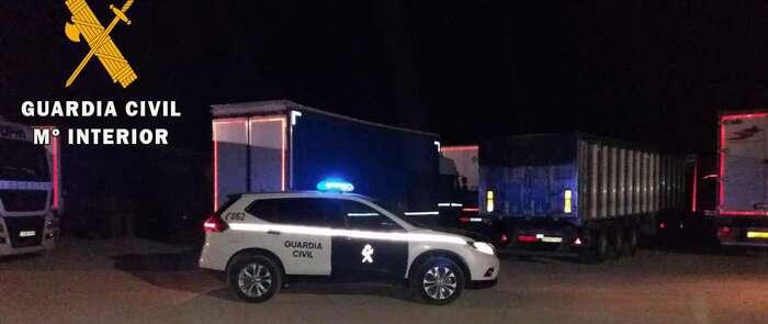 La Guardia Civil sorprende en Corral de Almaguer a cinco delincuentes robando la carga de camiones estacionados