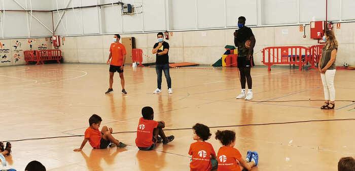 El jugador de baloncesto del Real Madrid Usman Garuba visita el campamento municipal 'Azuconcilia'