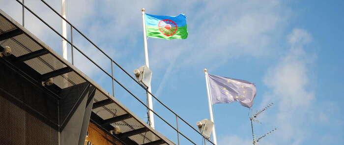 Valdepeñas ondea la bandera del Día Internacional del Pueblo Gitano