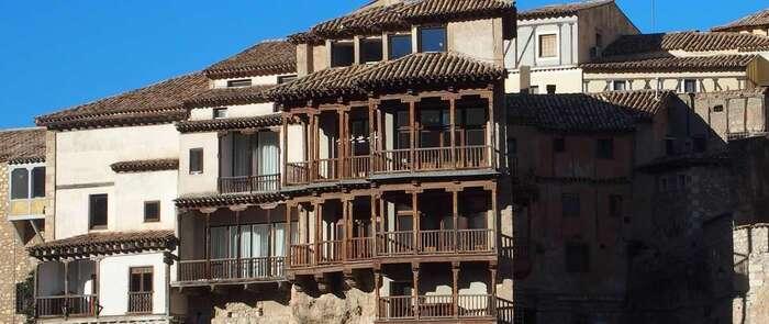 Esta noche en Cuenca se iluminarán las Casas Colgadas con los colores de la bandera del Pueblo Gitano