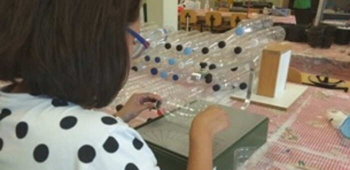 El Ayuntamiento de Valdepeñas y AFAD lanzan una campaña de recogida de botellas de plástico