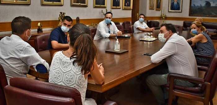 """Cabañero traslada al nuevo Comité Ejecutivo de la APEHT que """"la Diputación seguirá siendo embajadora en los pueblos de las necesidades de un sector vital para el desarrollo de la provincia"""""""