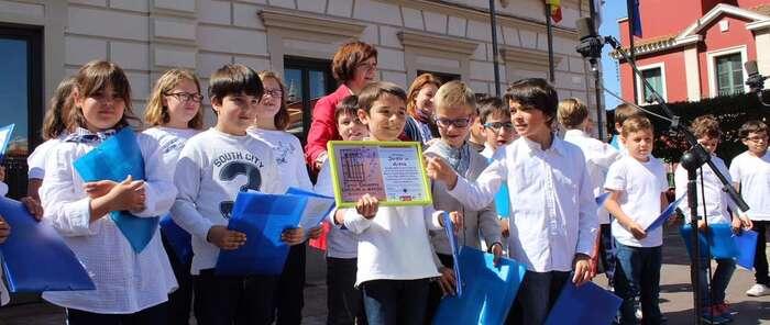 La III edición de los Mayos Infantiles reúne en la plaza a niños y niñas de siete colegios alcazareños