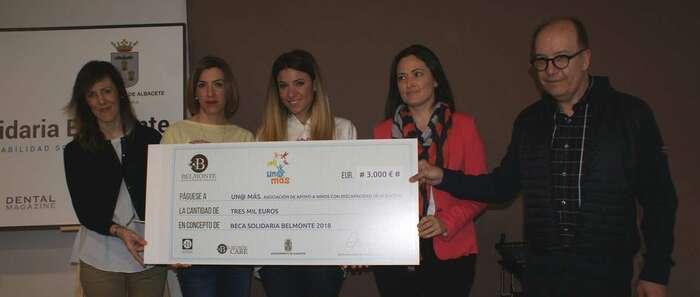 María Gil asiste a la entrega de la Beca por valor de 3.000 euros que el Centro Avanzado de Odontología Belmonte ha otorgado a la Asociación UNO@MAS