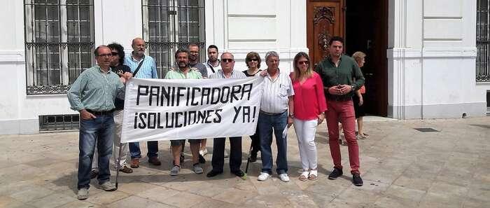 Los trabajadores de la Panificadora Tomelloso exigen a su empresa que al menos los despida de una vez