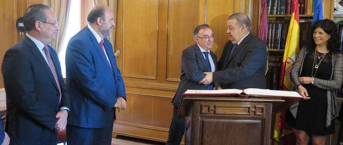 Guijarro y Ruiz Molina asisten a la toma de posesión de Fernando Mora como diputado de las Cortes de Castilla-La Mancha