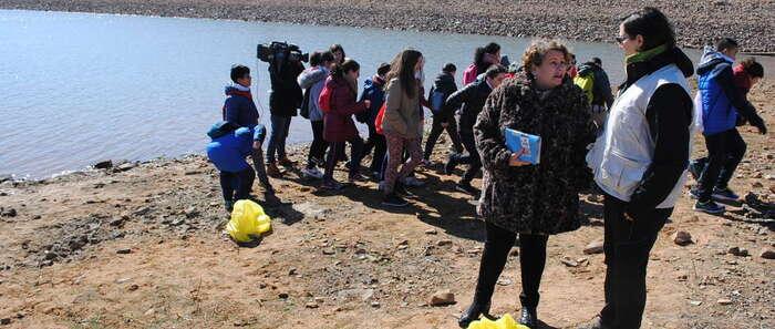 Escolares en Valdepeñas participan en una batida de limpieza en La Cabezuela para concienciar sobre la basura y los entornos naturales