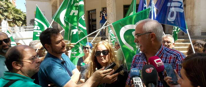 Una concentración ante la subdelegación del Gobierno avisa de riesgos por falta de cocineros en Herrera de la Mancha y Alcázar