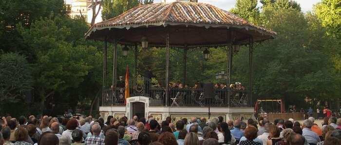 El público ha disfrutado de las marchas militares gracias al concierto de la Banda Municipal de Música
