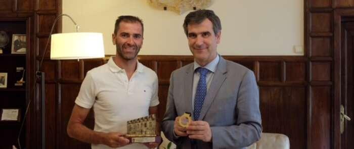 Daniel Molina recibe la felicitación del alcalde de Guadalajara tras obtener el oro en el campeonato de Europa de para-triatlón