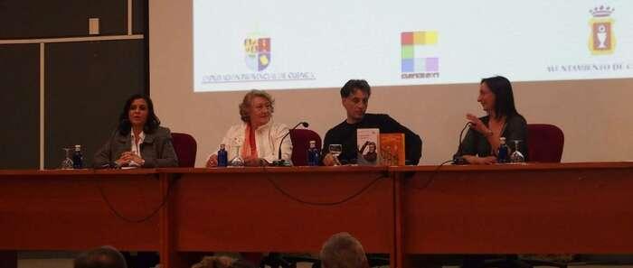 El escritor Antonio Iturbe defiende la labor de las bibliotecas, donde dice sentirse ciudadano