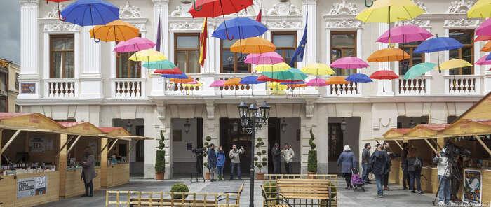 Paraguas de colores cubren desde hoy la Feria del Libro de Guadalajara
