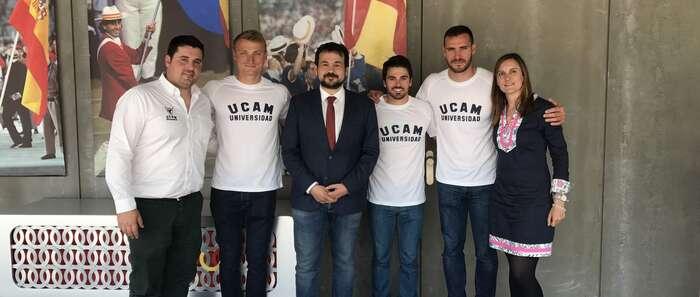 El director general de Juventud y Deportes acompaña al piragüista talaverano Paco Cubelos en la presentación de su nuevo equipo