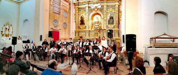 Almonacid de Zorita recibió el mes de las flores con los tradicionales 'Mayos a la Virgen'