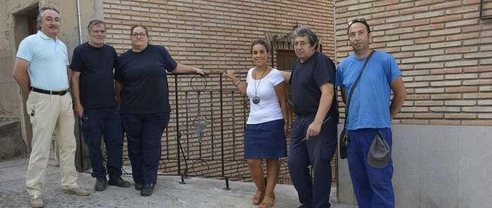 El Ayuntamiento de Toledo mejora la seguridad de la calle de la Cava Alta con una barandilla de forja ornamental gracias a los talleres de empleo