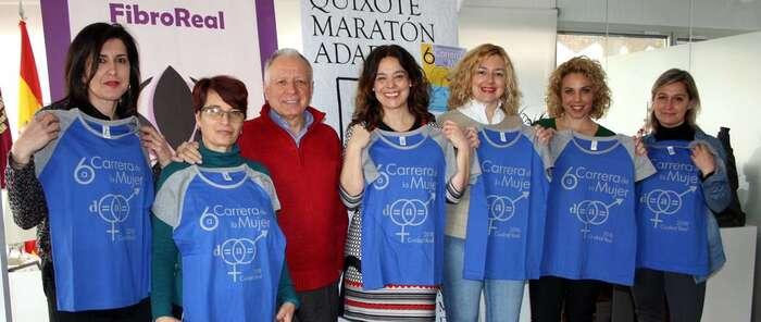 La alcaldesa ciudadrealeña Pilar Zamora recibe la camiseta y dorsal personalizado de la 6ª Carrera de la Mujer de Ciudad Real