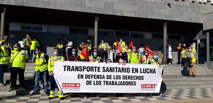 Concentración de huelguistas ante el hospital Virgen de la Luz de Cuenca para exigir el cumplimiento del convenio del Transporte Sanitario