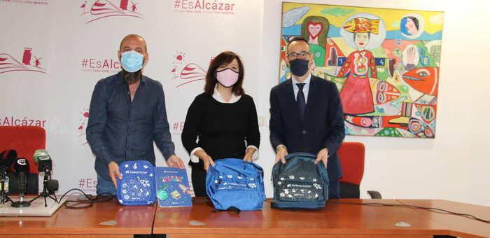 La Obra Social La Caixa entrega al ayuntamiento de Alcázar 100 lotes de material escolar para familias vulnerables.
