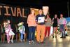 """imagen de La exalcaldesa Beatriz Melgar, nombrada """"Pobleteña del año"""", en una inauguración de las fiestas muy emotiva, en la que el cartero Julián Romero recibió un homenaje"""