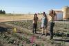 imagen de La alcaldesa de Socuéllamos visita el huerto ecológico de la escuela de agroecológica