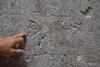 Unos versos del Corán raspados sobre la pared
