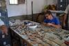 Uno de los estudiantes recompone los restos arqueológicos hallados en la excavación