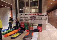 Delegados/as sindicales del Transporte Sanitario de la UTE Ambulancias Cuenca se encierran con sacos de dormir en la consejería de Sanidad
